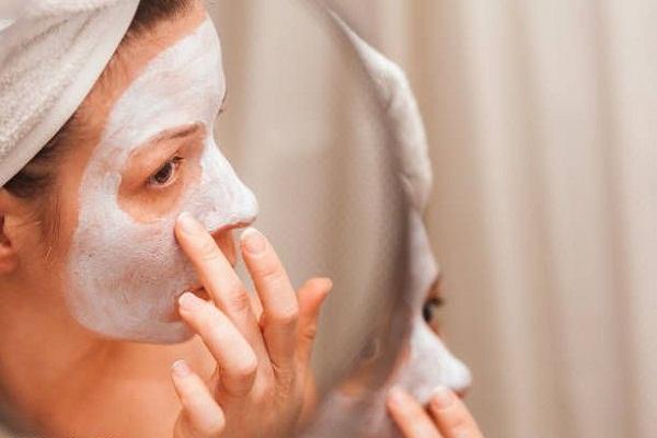 5fbe2008d8fa3 - 10 فایده ماسک ماست برای پوست + طرز تهیه هرکدام