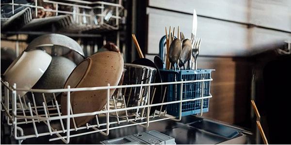شستوشو - شستن ظرفها با دست بهتر است یا ماشین ظرفشویی؟